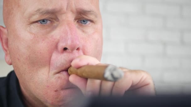 Podnikatel obrázek ochucené doutníkem v místnosti úřadu