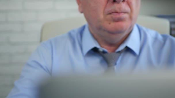 Podnikatel v místnosti úřadu pomocí notebooku a pít kávu