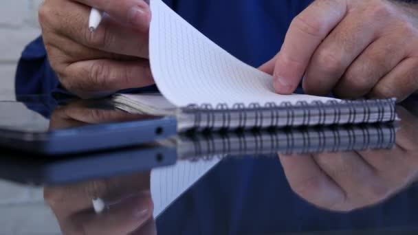 Člověk ruce v místnosti úřadu písemně v agendě stránky