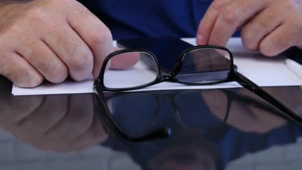 Podnikatel v kanceláři hrát s Smartphone na stůl