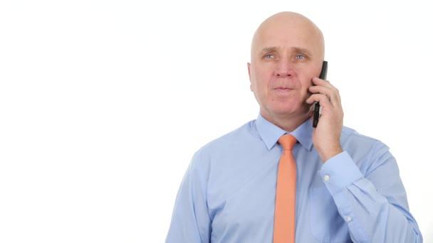 Podnikatel mluví podnikání na mobil a gestikulaci