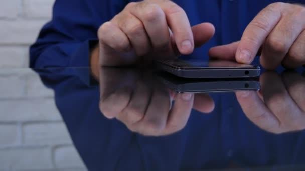 Podnikatel obrazu Text používající mobilní bezdrátové připojení k síti