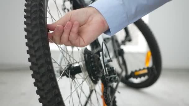 Fotografování detail rukama člověka otevření kolo pneumatiku ventil pro tlakové kontrolní