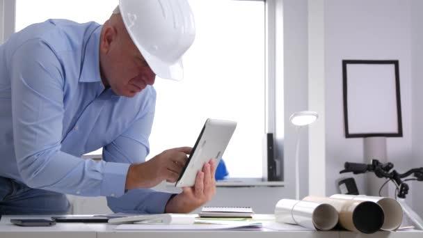 Zaneprázdněný technik v místnosti úřadu komunikovat pomocí tabletu připojení k Internetu