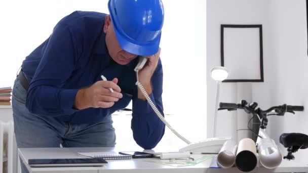 Ingenieur trägt Helm Innenraum Büro telefonieren und gute Job-Zeichen
