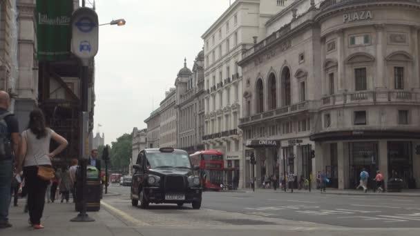 Londýnské ulice obrázek s tradiční černé kabiny a dvoupatrové červený autobus