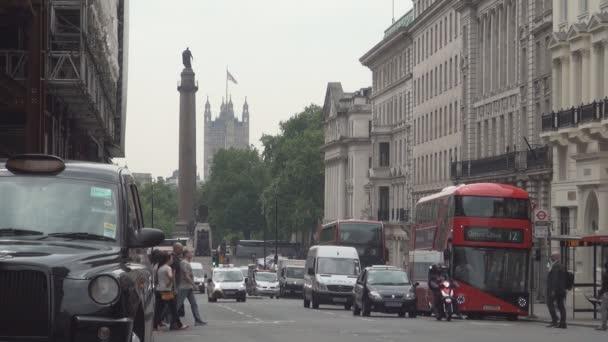 Londýnské ulice obrázek s Traffic Jam červený autobus dvoupatrové a lidí, kteří jdou