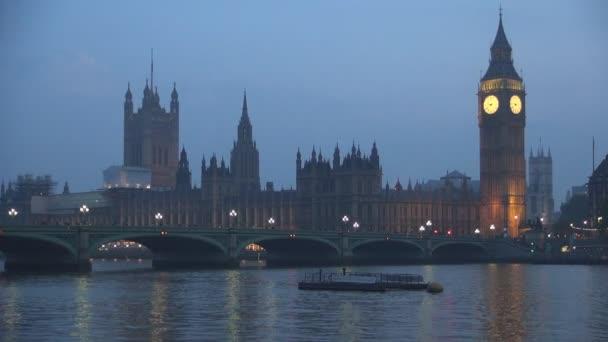Westminster Bridge parlamentního paláce a Elizabeth věž Big Ben v noci