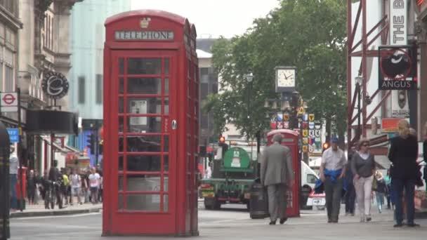 London kép a hagyományos telefon-fülkében, egy zsúfolt utcán