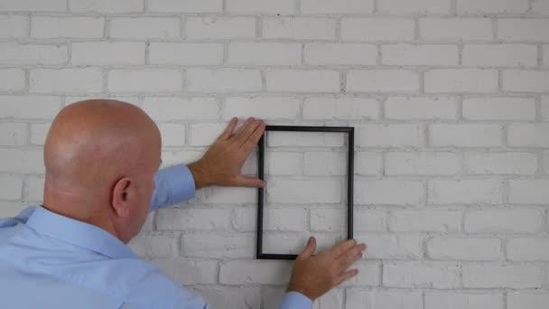 Üzletember, a hivatali talál fénykép Frame-eket dekorációs belső falán