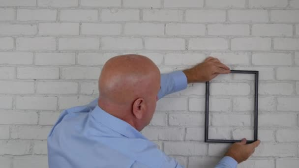 Podnikatel v místnosti úřadu najít Photo Frame pozici dekorační interiérové stěny