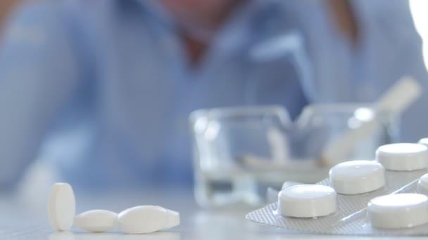 Nerozhodný člověk Image chtějí nějaké pilulky léku a kouření cigaret