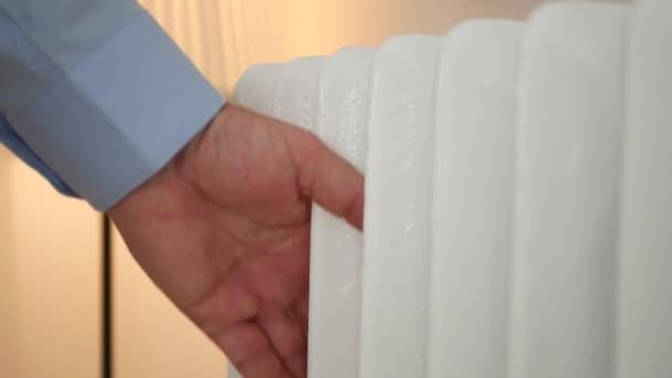 Obrázek muže rukou kontrolu teploty radiátoru a hodnotu nastavit termostat