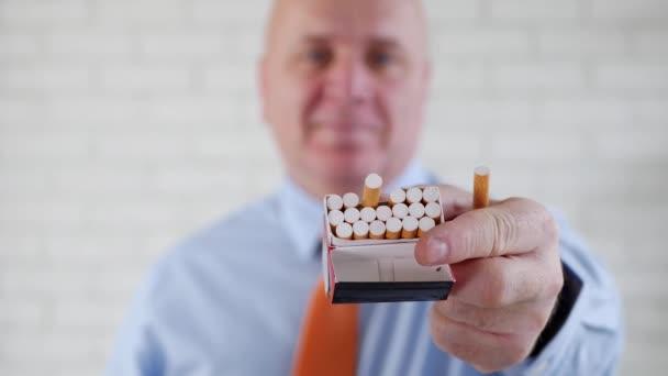 zufriedenes Geschäftsmann-Lächeln, das einem Raucher eine Zigarette aus der Packung anbietet