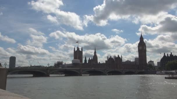 Časová prodleva s mraky nad Westminsterského paláce a řeky Temže Londýn City