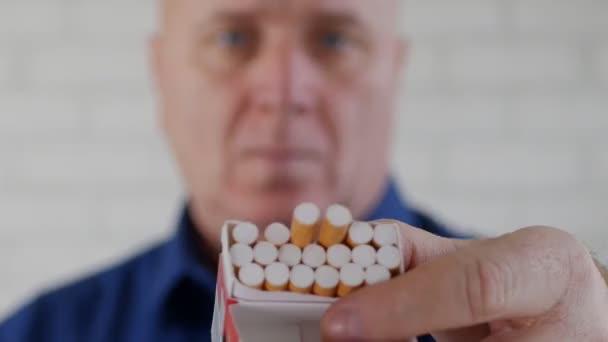 Kép-val egy üzletember kínál egy cigaretta Pack egy dohányos személy