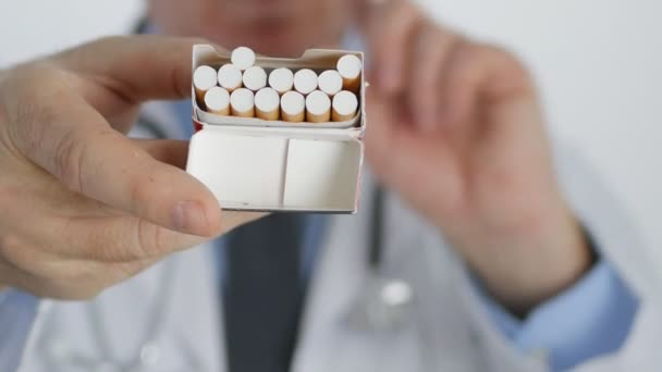 Anti-Tabak-Kampagne: Arzt zeigt Zigarettenschachtel ohne Fingerabdruck