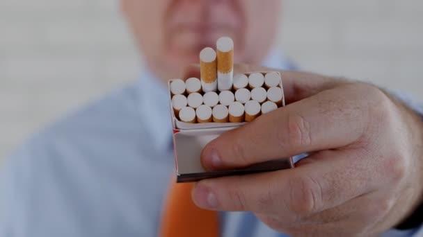 Geschäftsmann bietet einer anderen Person eine Zigarette an