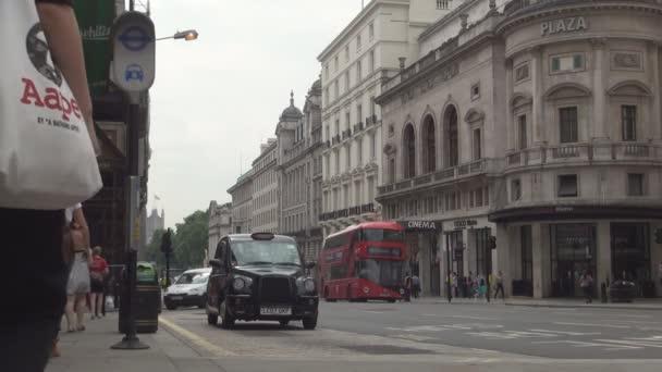 Ulice od London City Downtown s provozem auta červené autobusy a Taxi Cab