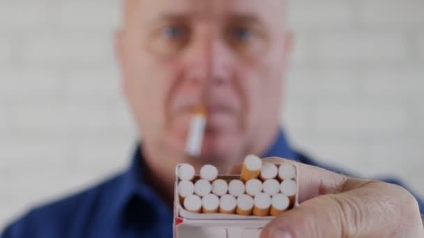 Egy másik személy kínál egy csomag cigarettát ember lövés