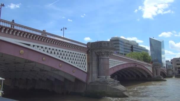 Utazótáska-val egy csónak alatt Blackfriars Bridge London városában