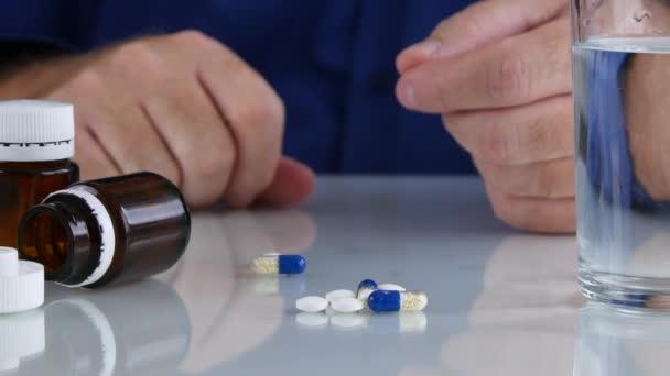 Arzt reicht Auswahl medizinischer Pillen für eine Behandlung vom Tisch
