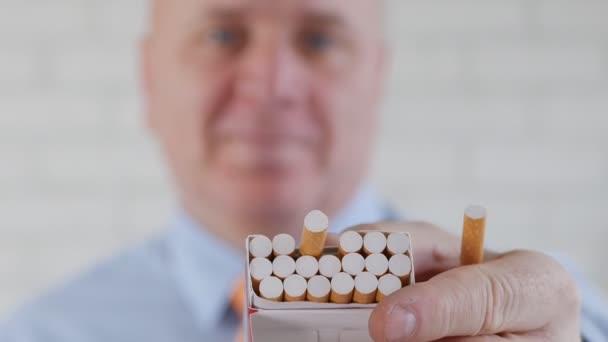 Személy vesz egy nemdohányzó szünet mosolyog, és kínál egy cigit egy új csomag