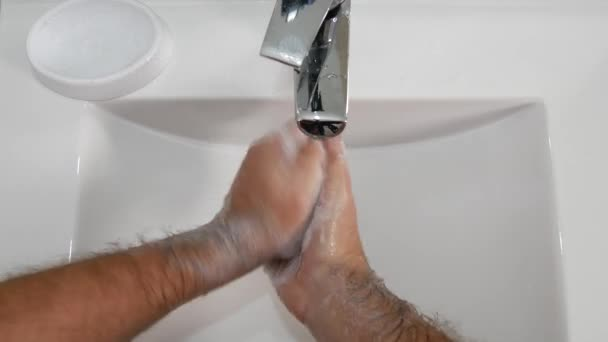 Ember mosás nehéz kezét egy csomó szappan fürdőszoba mosogató hideg vízzel