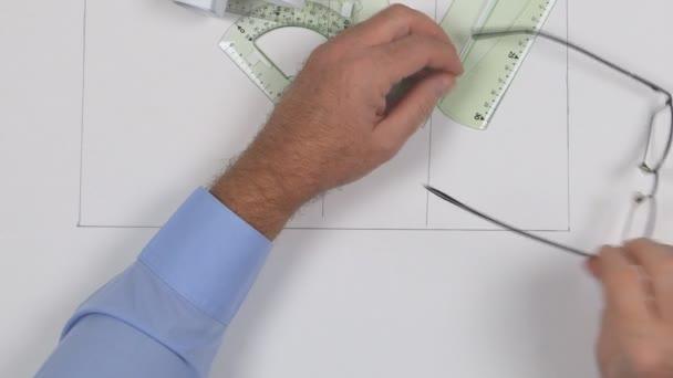 Unavený podnikatel podřimuje v místnosti úřadu přes konfigurační tabulky