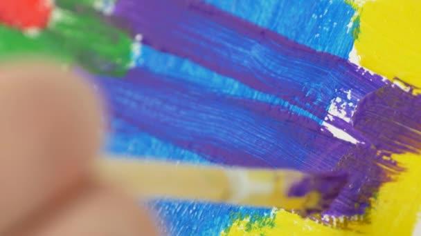 Close Up Künstler Pinsel malen ein Bild mit schönen Farben