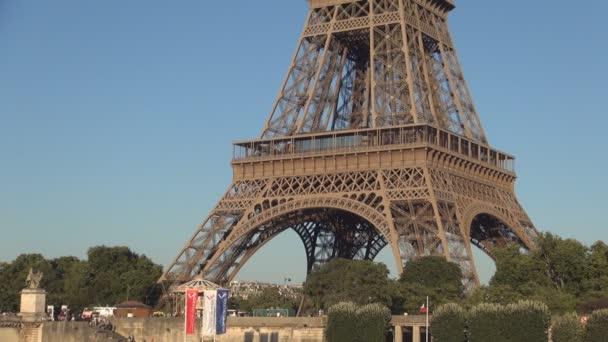 Město Paříž Eiffelova věž kovová struktura obrazem v soumraku světle