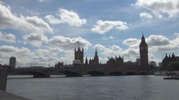 Londýn centrum s Westminsterský palác, Big Ben a most přes řeku Temži