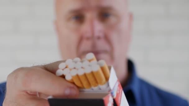 Ember cigarettázott kínál egy másik dohányost, a cigarettát egy új csomag
