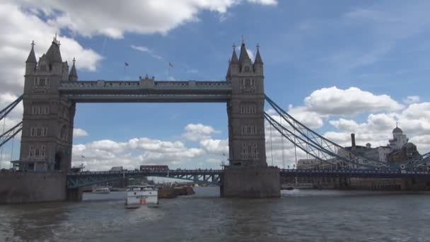Most z londýnské věže obraz z výletu s turistickou lodí na řece Temži