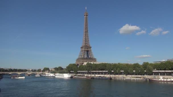 Pohled Paris Eiffel Tower Seiny a turistické lodní provoz