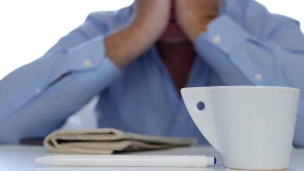 gelangweilt und müde Mann schläft mit einem Kaffee und einer Zeitung auf dem Tisch