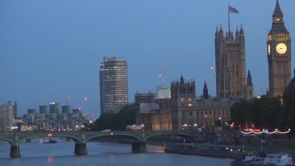 Noční pohled s westminsterským palácem a věž Big Ben osvětlená v Londýně v centru