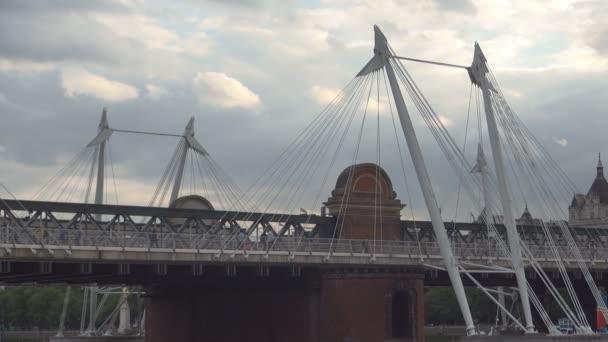 Londýn Hungerford Bridge a zlatý Jubilee Bridges obraz s lidmi pěšky
