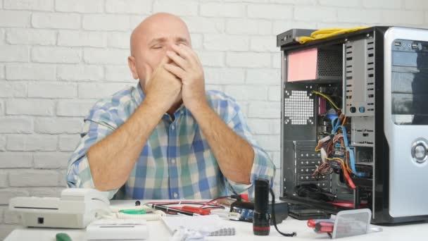 Zeitlupe mit verärgertem und enttäuschtem Techniker, der Computerhardware repariert