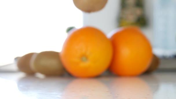 Čerstvé exotické ovoce kiwi a pomeranče prezentace v kuchyni