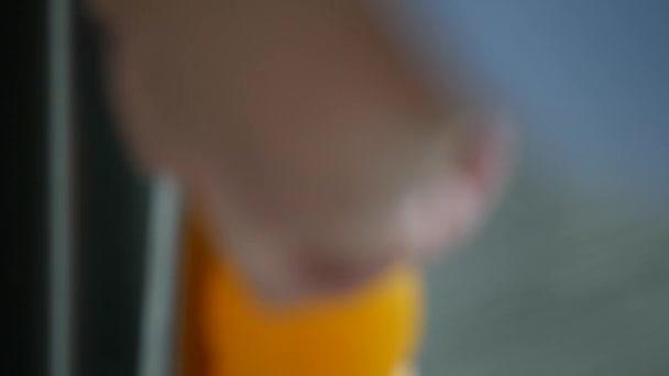 Ember a konyhában nyílt hűtőszekrény és tedd Inside a Juice és a friss narancs