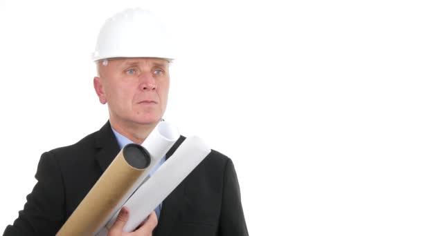 Inženýr prezentace s plánem v rukou úsměv a udělejte palce nahoru gesta