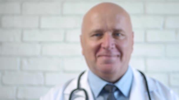Doktor za oknem Úsměv a pozdrav Klepání na skleněný povrch