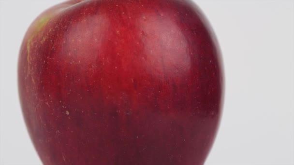 Zavřít obrázek s červeným jablkem sladké a předkrm otočený v pomalém pohybu, perfektní jíst plné vitamínů k snídani