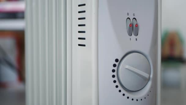 Mann stoppt tragbare Elektroheizung aus einem Raum zu Hause