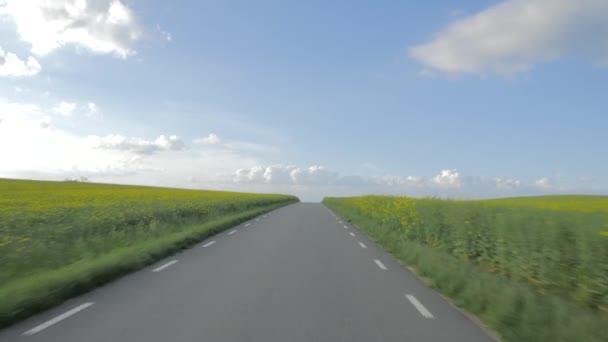 POV idylické se řídí krajinou. Pole farmy, modrá obloha s mraky