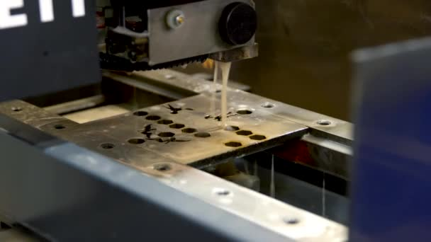 Automatické naprogramované stroje pro zpracování s přívodem chladicí kapaliny kovů. Průmyslový laserový stroj vyřízne části ocelového plechu. Tepla. Jiskry během provozu výrobního stroje v továrně.
