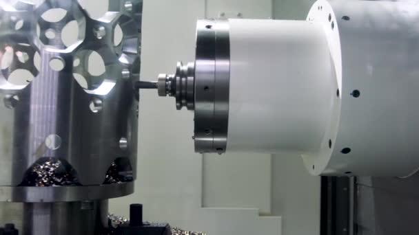 Automatické naprogramované stroje pro zpracování kovů. CNC frézka. Soustruh soustruh. 4k