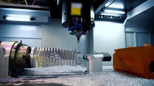 CNC frézka. Zpracování a řezání dílů z kusu kovu v průmyslové oblasti. Průmyslová výstava obráběcích.