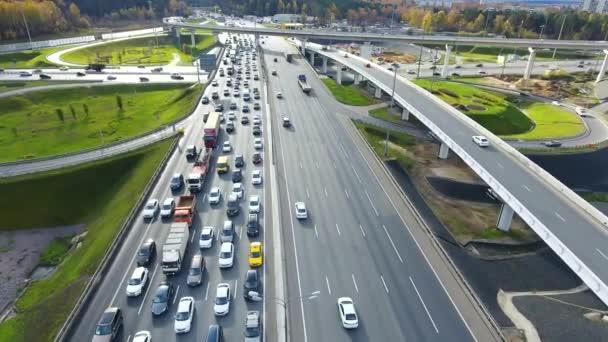 Drone repül át a városi kereszteződésnél. Highway, Moszkva. Madártávlatból.